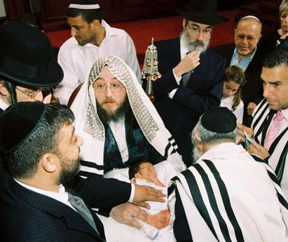 Rabbi(s), onlookers crowded around exposed baby